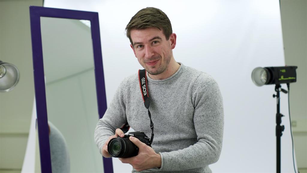 Saffloer Mohaupt met zijn fotocamera in Studio 2 van Fotoschool Keistad