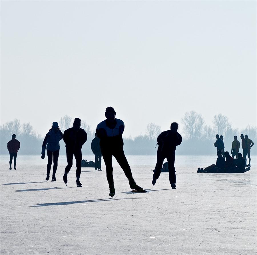 winterlandschappen-schaatsers-op-ijs ©gofoto